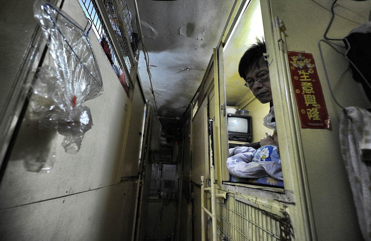 Life In A Coffin Hong Kong Brian Cassey Interios - 10 shocking photos inside hong kongs coffin cubicles
